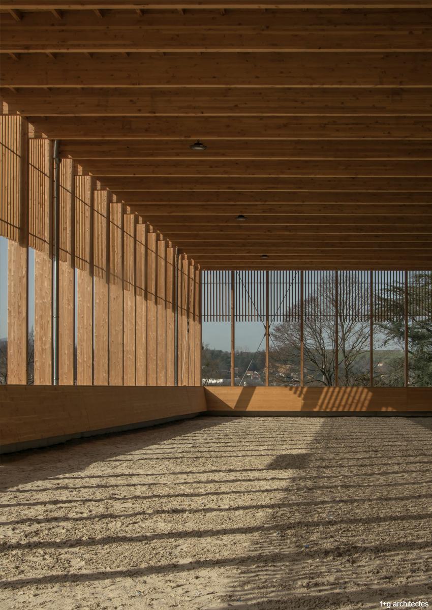 bâtiment agricole en bois lamellé écuries de la roche manège à chevaux construction bois mixité bois béton